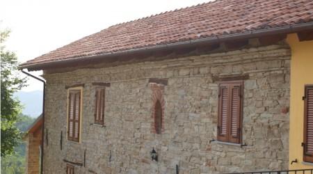 Cornicione in pietra e finestrino ovale